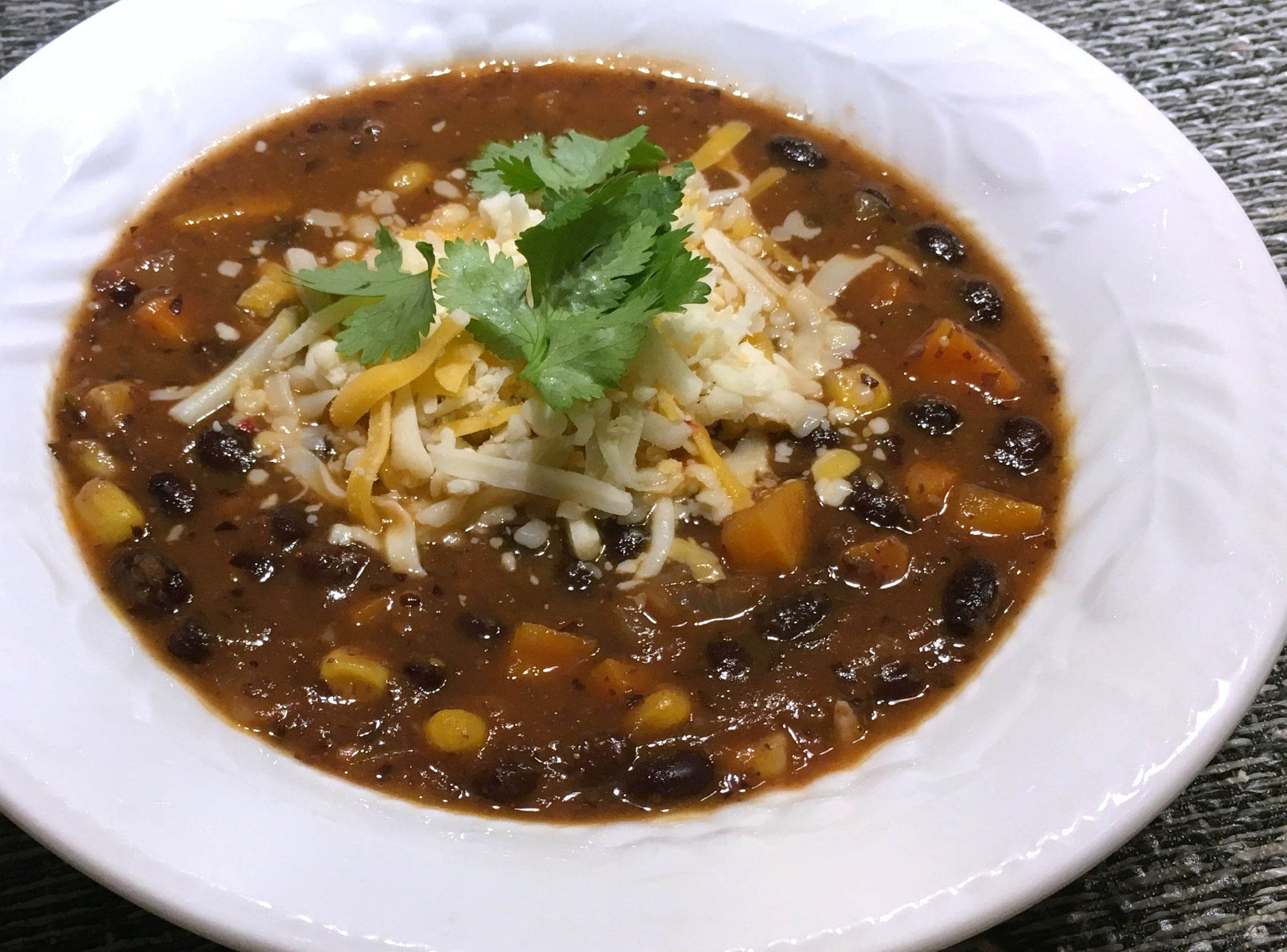 Soupe aux haricots noirs et aux légumes à la mexicaine