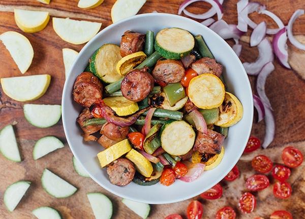 Légumes marinés avec saucisse au poulet