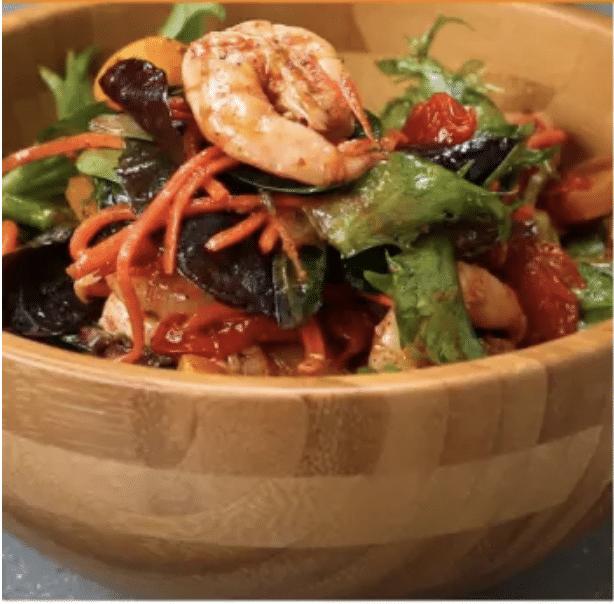 Salade aux légumes grillés et aux crevettes, vinaigrette lime-chili
